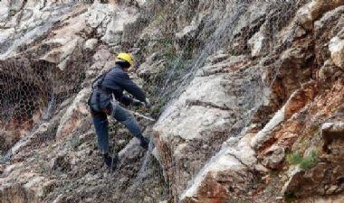 Uzungöl Yolunda Kayalara Tel Örgü Çalışması Devam Ediyor..